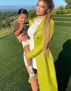 Kylie-Jenner-Keeping-Up-With-The-Kardashians-Green-Coat