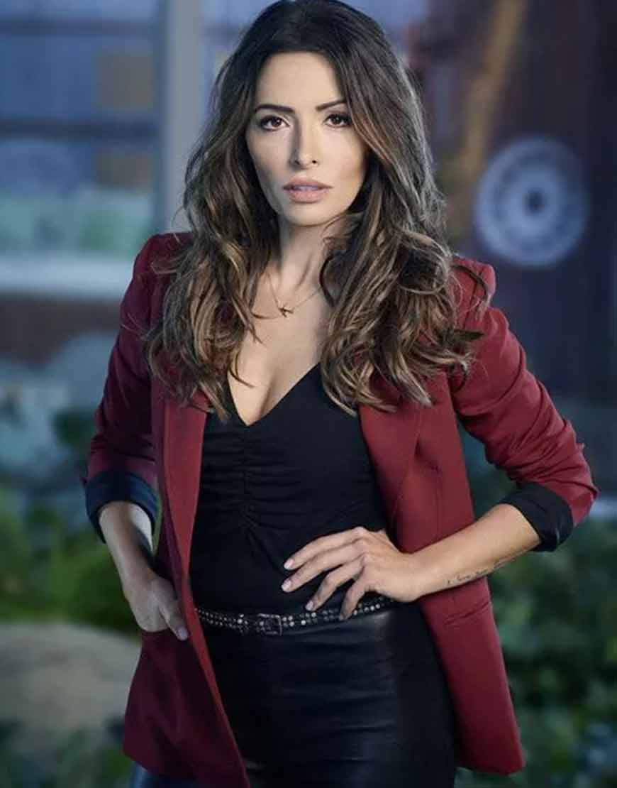 billie-connelly-sexlife-2021-sarah-shahi-maroon-blazer